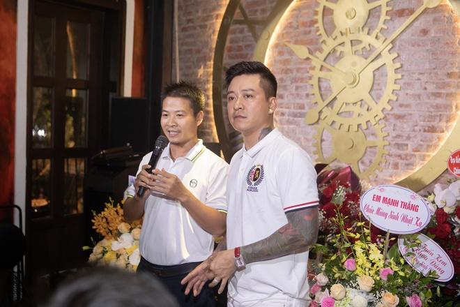 Tuan Hung hat mung sinh nhat o ban cong thu hut hang nghin khan gia hinh anh 1