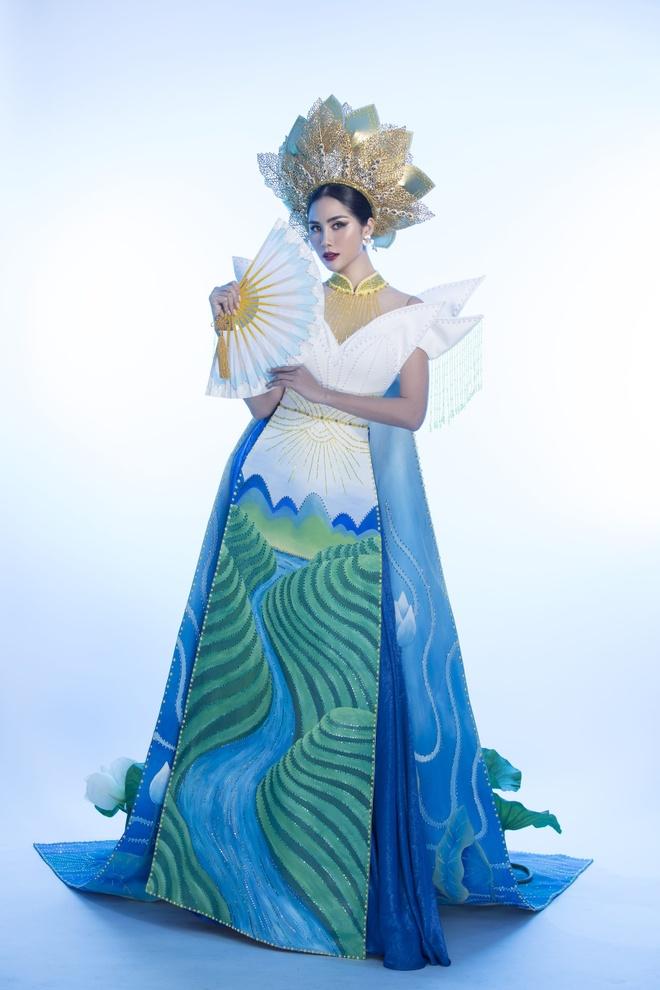 Hoang Hanh mac quoc phuc dinh hang nghin vien pha le o Miss Earth hinh anh 1