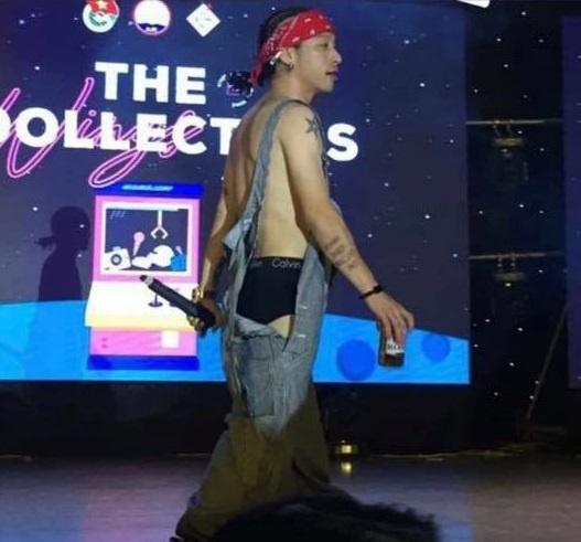Rapper Mr.A gay tranh cai vi mac phan cam tren san khau hinh anh 1