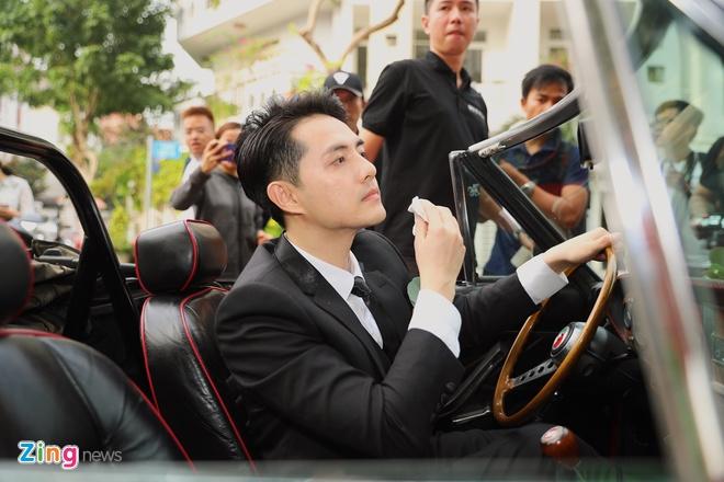 Dong Nhi - Ong Cao Thang dieu hanh bang xe mui tran o dam hoi hinh anh 14