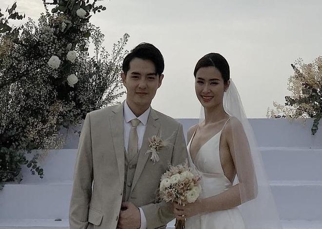 Dong Nhi va Ong Cao Thang khoc khi hon nhau trong le cuoi hinh anh