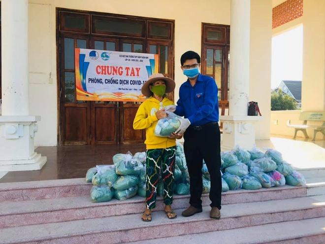 Vy Oanh tang khau trang cho nguoi dan Binh Thuan hinh anh 2 91496570_2820188918049687_238693718008266752_n.jpg