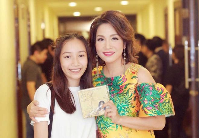 Con sao Viet khoe giong, noi nghiep cha me vao showbiz hinh anh 2 my_anh_ta_ng_cd_cho_me_my_linh_gjre.jpg