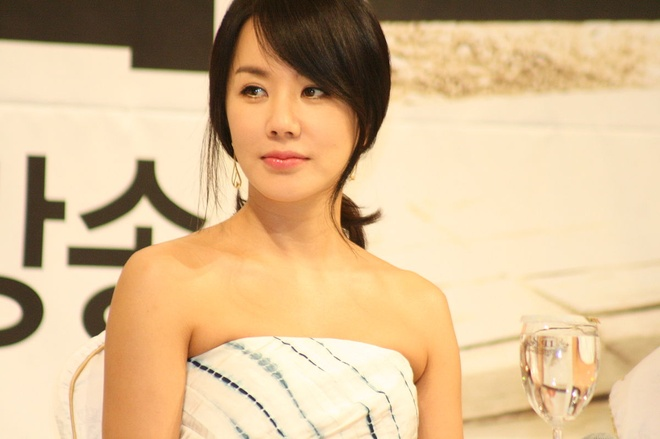 1200px_Uhm_Jung_hwa_at_the_press_conference_for_He_Who_Can_t_Marry_070_1__2
