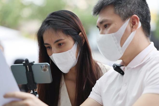 Thủy Tiên - Công Vinh livestream công bố 18.000 trang sao kê - Giải trí