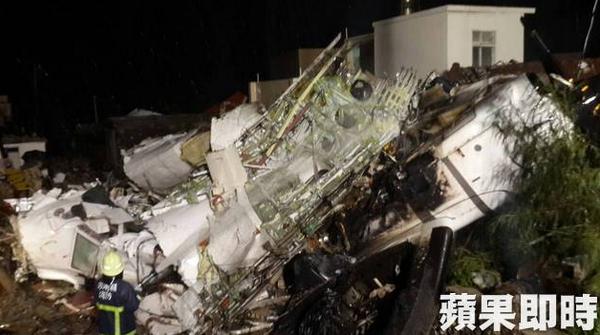 Hien truong ngon ngang sau khi may bay ATR 72 roi o Dai Loan hinh anh