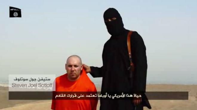 Nhà báo Sotloff cùng xuất hiện trong video có cảnh hành quyết nhà báo Foley. Ảnh chụp màn hình: Youtube