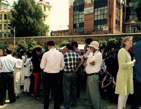 68 nguoi chet sau dong dat 7,3 do Richter o Nepal hinh anh 1 Người dân Nepal đổ xuống đường sau khi động đất xảy ra hôm nay. Ảnh: Twitter