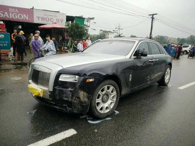 Sieu xe Rolls Royce tong hai bo con di xe may nhap vien hinh anh 1
