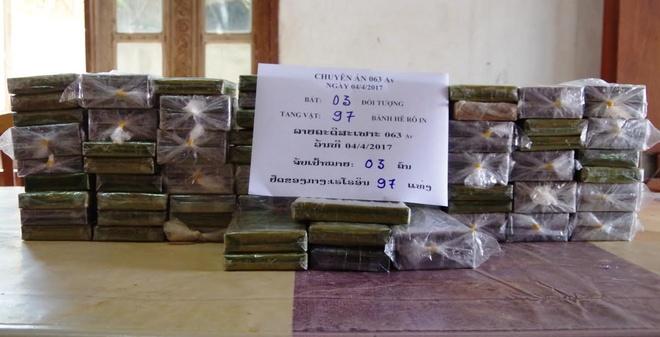 Hai oto cho 97 banh heroin tu Lao vao Viet Nam hinh anh 1