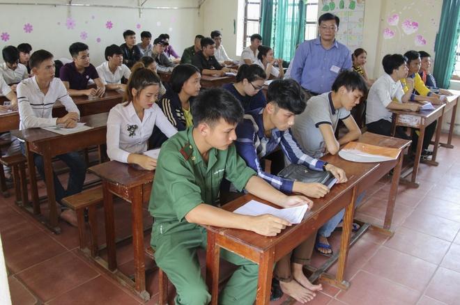 Cong an Soc Trang nau com phuc vu mien phi thi sinh ngheo hinh anh 3
