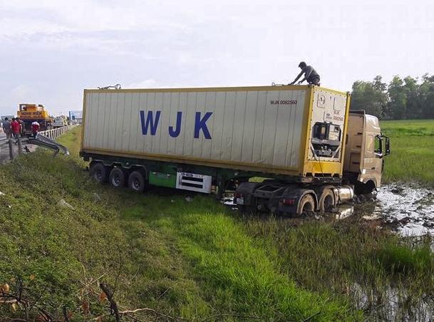 Xe dau keo container no lop bay xuong ruong, tai xe thoat nan hinh anh 1