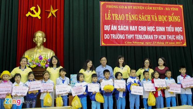 Hoi Xuat ban Viet Nam tang sach va hoc bong cho tre em vung lu Ha Tinh hinh anh