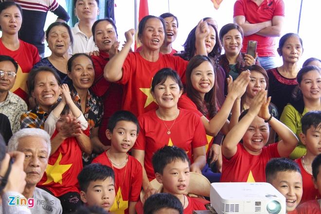 Me trung ve Tien Dung ngat xiu trong tran thang cua U23 Viet Nam hinh anh