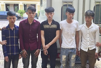 6 thanh nien duoi danh nguoi trong dam cuoi hinh anh 1