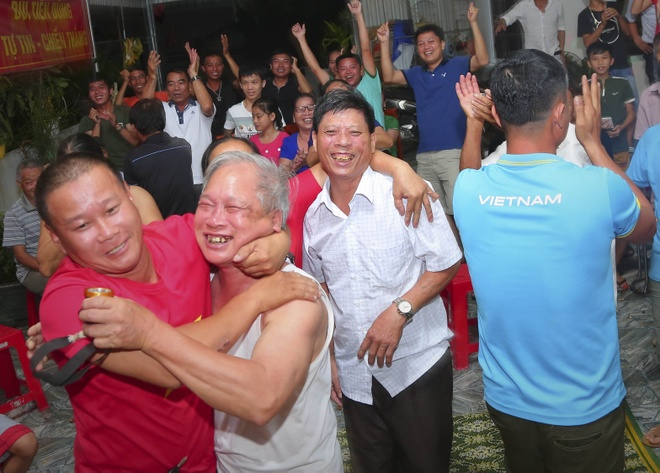 Me hau ve Tien Dung suyt ngat xiu khi Olympic Viet Nam ghi ban hinh anh
