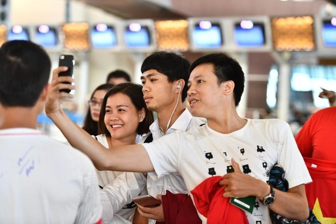 Cau thu Olympic Viet Nam ve nuoc bi fan vay kin o san bay hinh anh