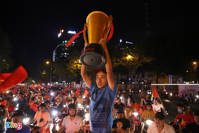 Nguoi dan khap noi ra duong mung Viet Nam vao chung ket AFF Cup hinh anh 20
