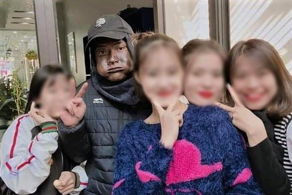 Hình ảnh người mặt đen tràn lan MXH.