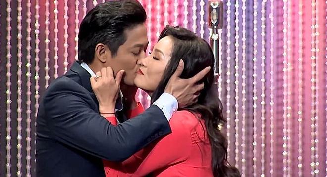 Tran Thanh bi don la 'gay', Quy Binh hon Hong Dao dam duoi hinh anh