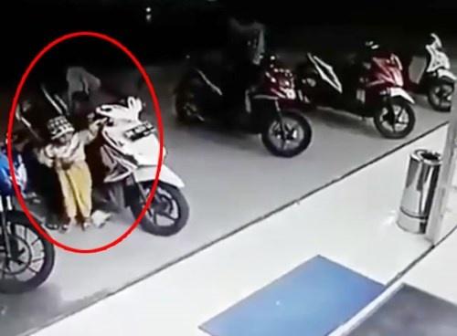 Em be vo tinh van ga khien xe may dam vo cua kinh sieu thi o Indonesia hinh anh