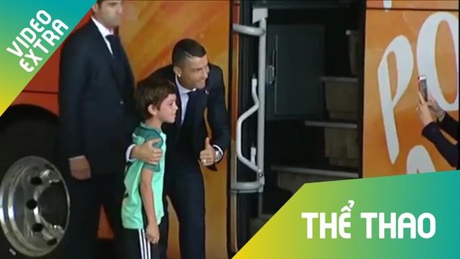 Fan nhi khoc 'sung mat' duoc Ronaldo xuong xe chup hinh chung hinh anh