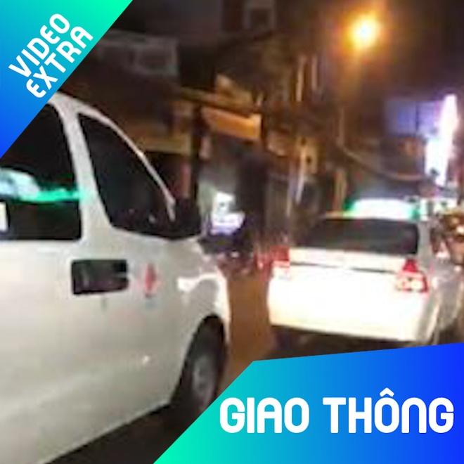 Taxi khong nhuong duong du xe cuu thuong hu coi lien tuc hot nhat tuan hinh anh