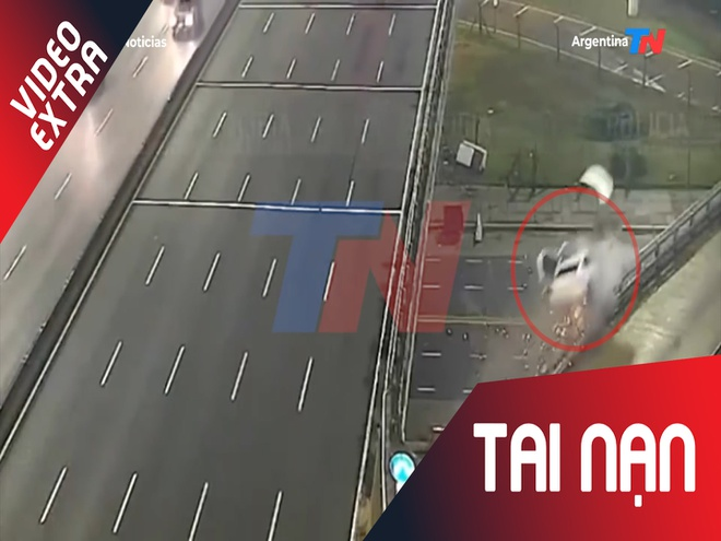Tai xe Trung Quoc lao xe ra khoi cau vuot voi van toc 170km/h hinh anh