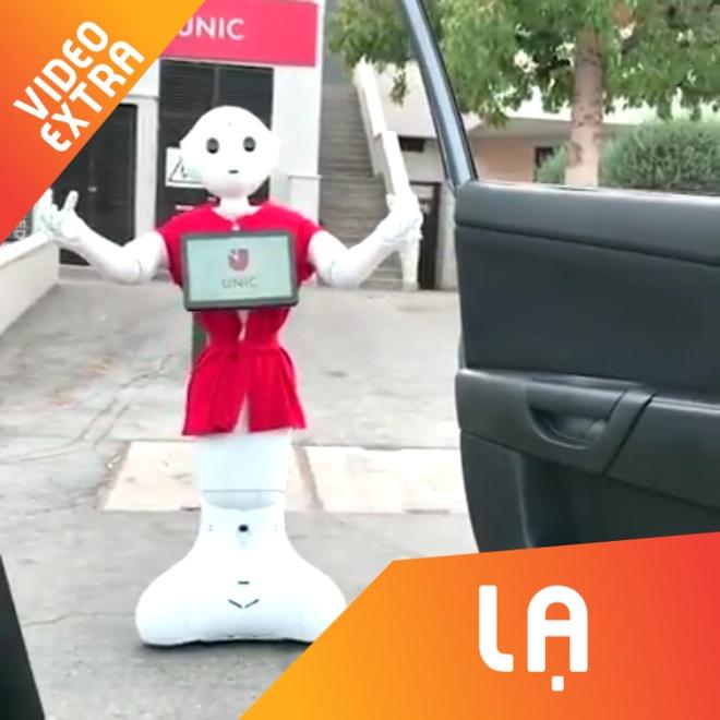 Robot giup viec huong ung dieu nhay 'lao ra khoi xe' hinh anh