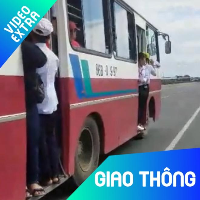 Hang chuc hoc sinh du bam cua xe buyt chay vun vut tren quoc lo hinh anh