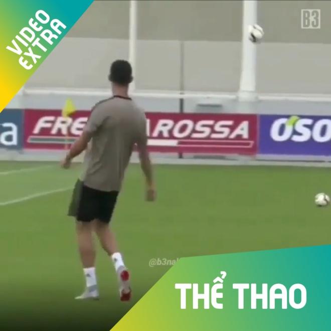 Ronaldo dung 'ma thuat' khien bong lac lu 2 nhip tren khong hinh anh