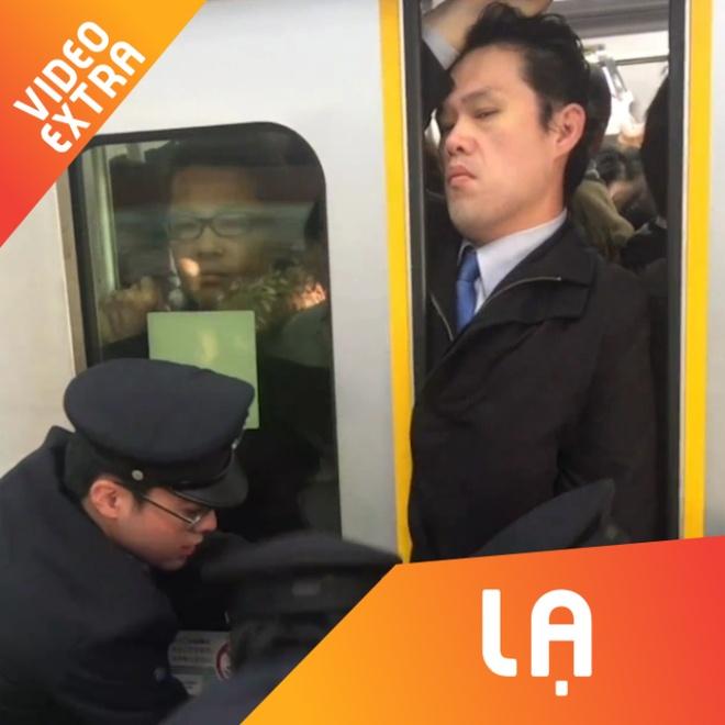 Canh tuong hai hung khi di tau dien o Tokyo, Nhat Ban hinh anh
