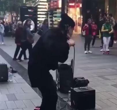 Man beatbox duong pho dinh cao hinh anh