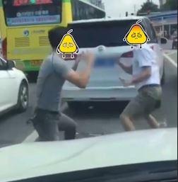 Hai tai xe Trung Quoc vut oto giua duong de danh nhau sau va cham hinh anh