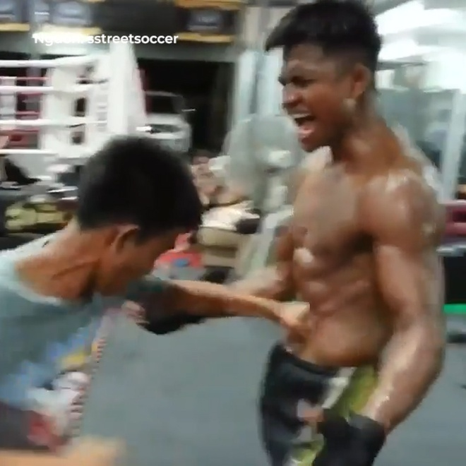 Vo si Muay Thai nhan chiu dam lien tuc de tap co bung hinh anh