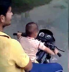 Cau be 3 tuoi lai xe phan khoi lon chay bang bang tren duong o An Do hinh anh