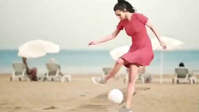 Ban gai hoa hau cua Mesut Oezil tang bong dieu nghe hinh anh