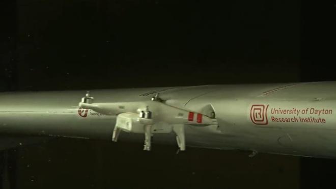 Canh may bay bi drone tong thung o toc do 383 km/h hinh anh