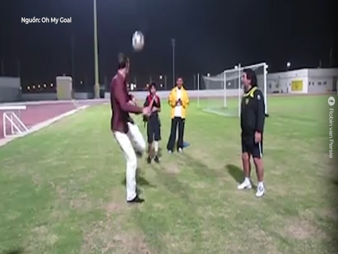 Van Persie tang bong cung huyen thoai bong da Maradona hinh anh