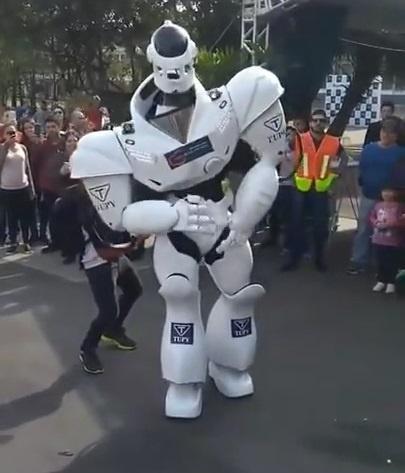 Robot nhay theo dieu Despacito mem mai nhu nguoi that hinh anh