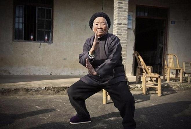 Cu ba 94 tuoi mua Kungfu dieu luyen khong thua gi thanh nien hinh anh