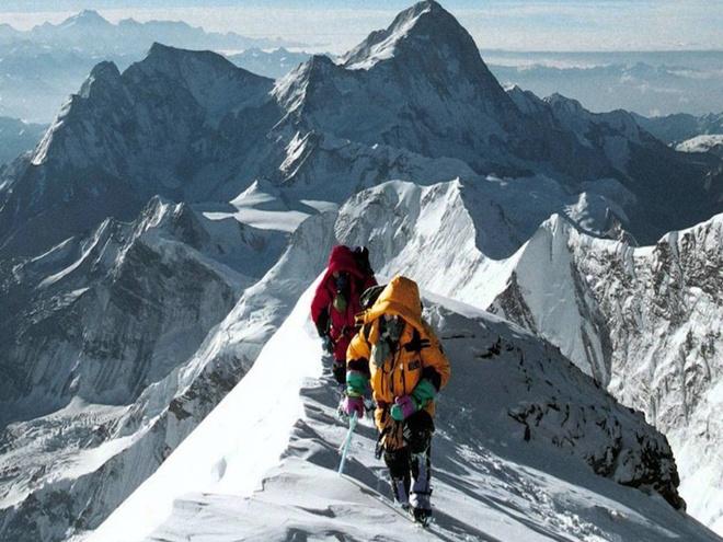 Dieu gi xay ra khi chung ta dung tren dinh Everest? hinh anh