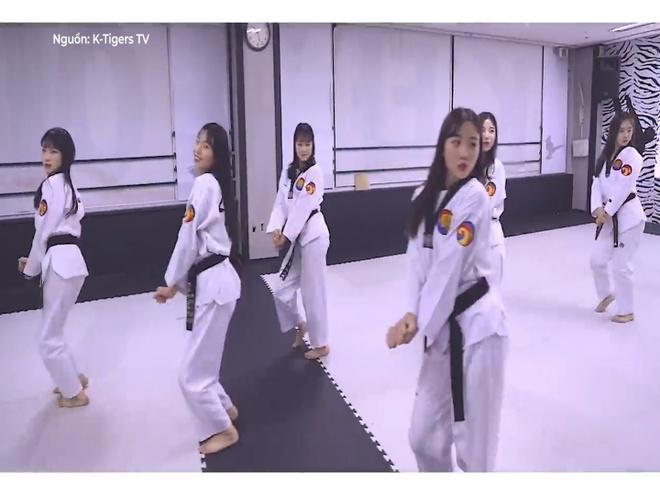Vo sinh cover BBoom BBoom theo phong cach Taekwondo hinh anh