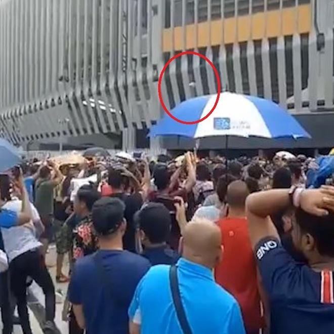 CDV Malaysia noi gian, nem chai nuoc vi het ve xem chung ket AFF Cup hinh anh