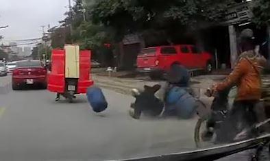 Cho hang cong kenh, hai xe may va quet nhau do tran ra duong hinh anh