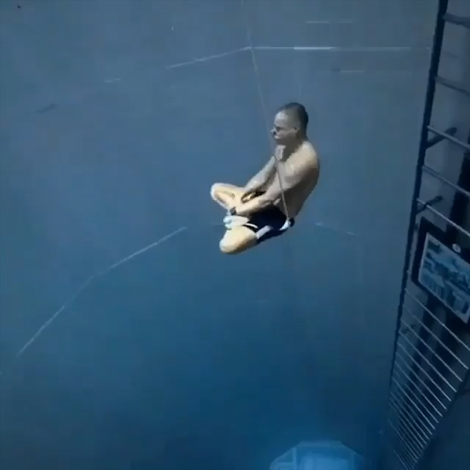 Lan xuong day ho nuoc sau 33 m trong tu the ngoi thien hinh anh