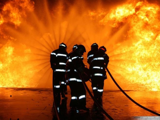 Image result for Lính cứu hỏa đốt nhà