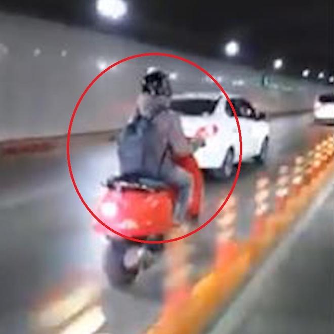 Xe máy lấn làn dành cho ôtô trong hầm Thủ Thiêm