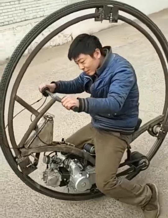 Che xe mot banh doc nhu trong phim chi bang dong co xe may hinh anh