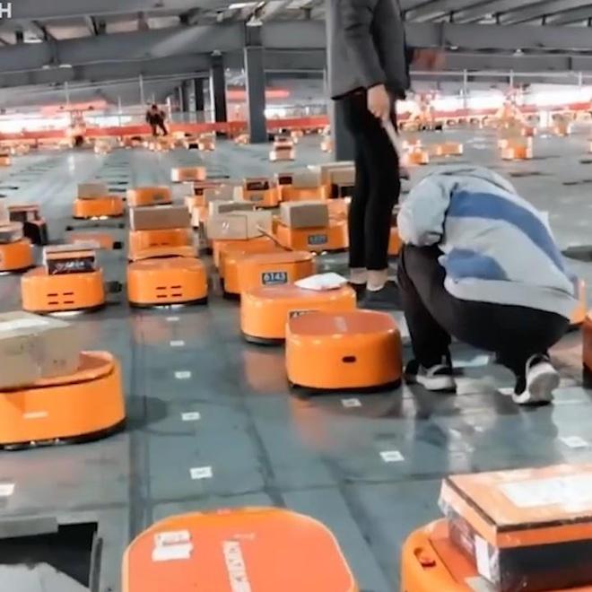 Robot mot gio goi 12.000 don hang cua Trung Quoc hinh anh